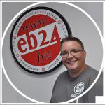 Das ist Christian Golla vor dem eb24 Logo