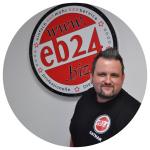 Das ist Robert Gatnar vor dem eb24 Logo